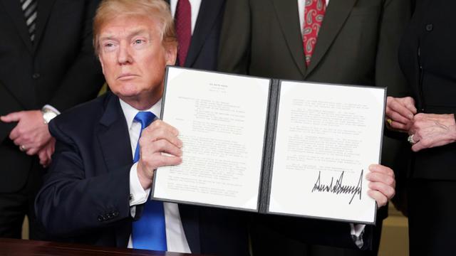 Donald Trump signe des sanctions commerciales contre la Chine, à Washington le 22 mars 2018 [Mandel NGAN / AFP]