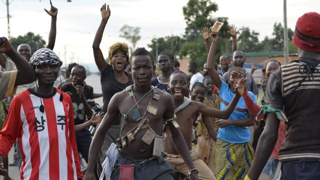 Des habitants de Bangui, dont des miliciens chrétiens anti-balaka, fêtent le départ de soldats tchadiens, le 4 avril 2014 [Miguel Medina / AFP/Archives]