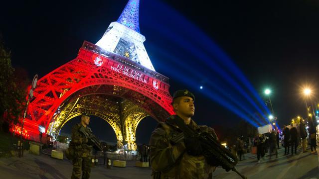 Soldats déployés dans le cadre du plan Vigipirate devant la Tour Eiffel le 18 novembre 2015 à Paris [JOEL SAGET / AFP]