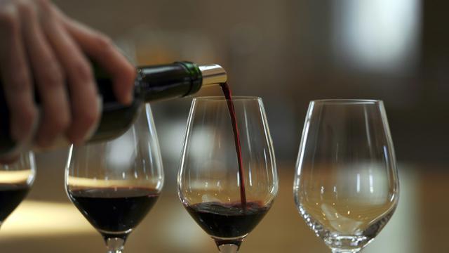 La production mondiale de vin est estimée en hausse de 2% en 2015, à 275,7 millions d'hectolitres (Mhl), l'Italie redevenant le premier pays producteur devant la France et l'Espagne [Jean-Pierre Muller / AFP/Archives]