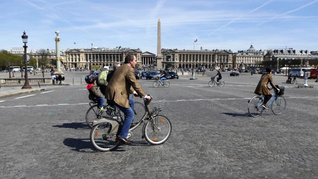 Des gens à bicyclette place de la Concorde à Paris  [Patrick Kovarik / AFP/Archives]
