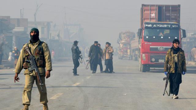 Des policiers le 19 janvier 2016 dans la banlieue de Peshawar après un attentat à la bombe [A Majeed / AFP]