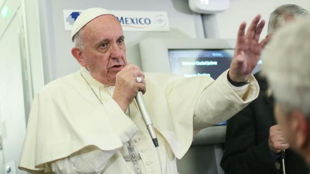 Le pape Francçois parle aux journalistes à bord du vol entre le Mexique et l'Italie, le 18 février 2016 [ALESSANDRO DI MEO / POOL/AFP]