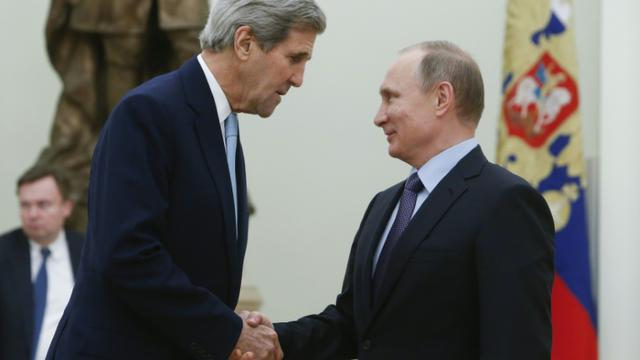 Le secrétaire d'Etat John Kerry (g) salue le président Vladimir Poutine au Kremlin à Moscou, le 15 décembre 2015 [SERGEI KARPUKHIN / POOL/AFP]
