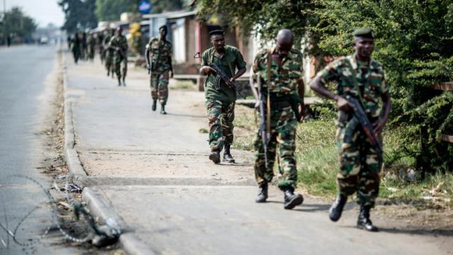 Des soldats burundais se retirent d'un quartier de Bujumbura après une opération de police, le 1er juillet 2016 [MARCO LONGARI / AFP/Archives]