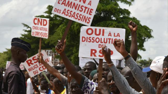 Des manifestants s'opposent à toute amnistie des putschistes près de l'hôtel où s'est tenu la médiation internationale, le 23 septembre 2015 à Ouagadougou [SIA KAMBOU / AFP]