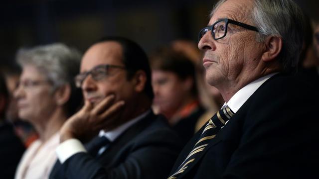 Le président de la Commission européenne, Jean-Claude Juncker (d), avec le président français Francois Hollande (c) à la Maison de la Mutualite à Paris, le 29 septembre 2015 [Stephane de Sakutin / POOL/AFP/Archives]