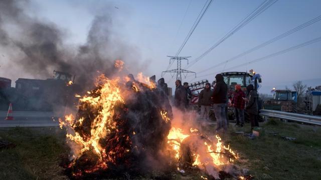 Des agriculteurs bloquent des accès à la ville de Toulouse, le 7 février 2018 [ERIC CABANIS / AFP]