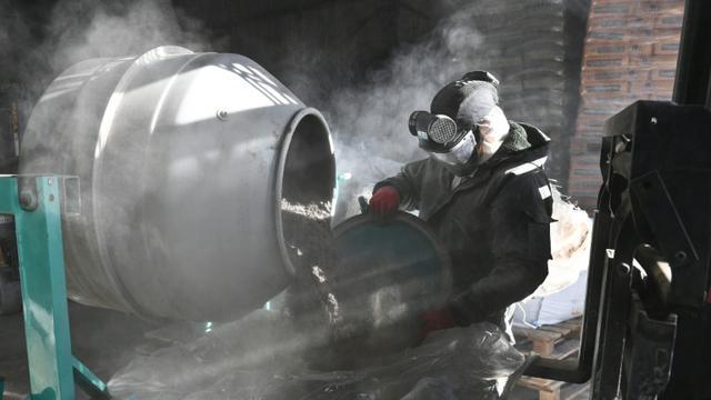 Un employé de Getade Environnement qui fabrique des produits phytosanitaires à l'oeuvre à Bussac-Forêt, dans le sud-ouest de la France, le 26 janvier 2018 [XAVIER LEOTY / XL/AFP]