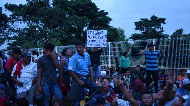 Des migrants honduriens en route vers les Etats-Unis se reposent à la fontière avec le Mexique, le 19 octobre 2018 à Tecun Uman, au Guatemala [JOHAN ORDONEZ / AFP]