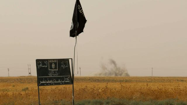 Un drapeau du groupe Etat islamique dans le district de Daquq, au sud de Kirkouk, le 11 septembre 2015 en Irak [Marwan Ibrahim / AFP/Archives]