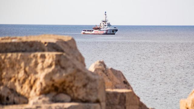 Le bateau de l'ONG Open Arms au large de l'île italienne de Lampedusa, le 17 août 2019. [Alessandro SERRANO / AFP/Archives]