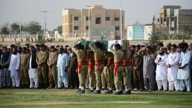 Des soldats portent, le 14 juillet 2018 à Quetta, le cercueil de Siraj Raisani, un homme politique local tué dans un attentat suicide de Mastung, au Baloutchistan qui a fait quelque 130 morts   [BANARAS KHAN / AFP]