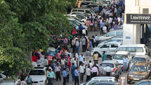 Des personnes attendent dans la rue, après des secousses sismiques ressenties à New Delhi, le 26 octobre 2015 en Inde  [PRAKASH SINGH / AFP]