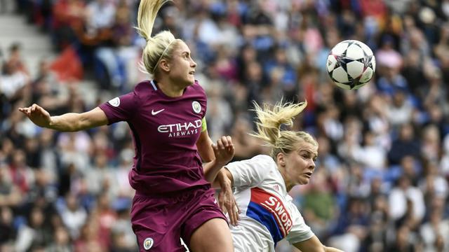 """Steph Houghton, la capitaine de Manchester City (ici à gauche opposée à la Lyonnaise Ada Hegerberg le 29 avril 2018 à Lyon), a remporté le toss fin octobre dans un match du championnat féminin d'Angleterre avec une """"pierre"""", qui a battu le """"ciseau"""" de son homologue [JEFF PACHOUD / AFP/Archives]"""