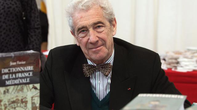 L'écrivain et historien Jean Favier pose, le 6 novembre 2004 à Brive-la-Gaillarde, lors de la 23e édition de la Foire du livre de Brive [Jean-Pierre Muller / AFP/Archives]