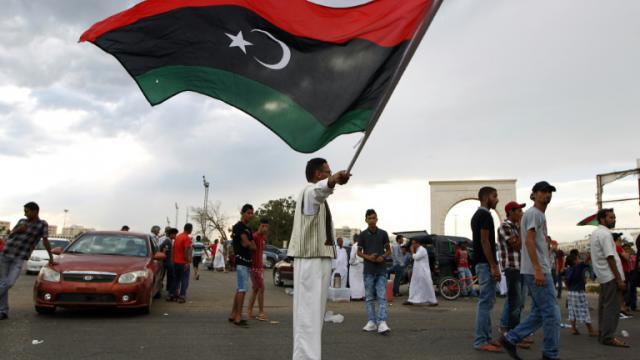Un homme agite le drapeau libyen, le 7 août 2015 à Benghazi [ABDULLAH DOMA / AFP/Archives]