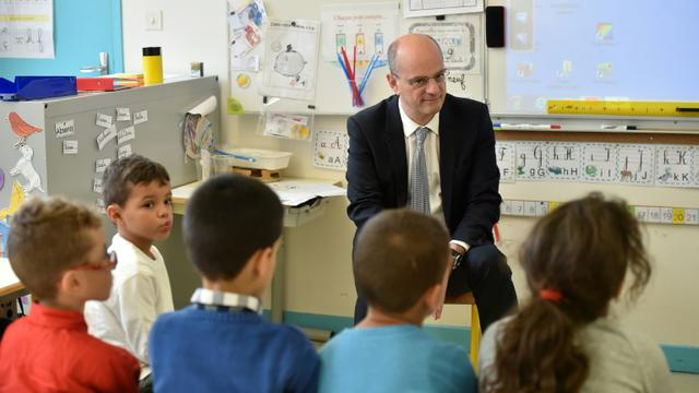 Le ministre de l'Education Jean-Michel Blanquer visite une école élémentaire à Toulouse le 24 novembre 2017 [REMY GABALDA / AFP/Archives]