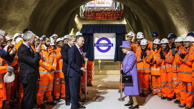 La reine Elizabeth II inaugure une nouvelle ligne de métro qui traversera Londres d'est en ouest à partir de 2018 et portera son nom, le 23 février 2016 à  Londres [RICHARD POHLE / POOL/AFP]
