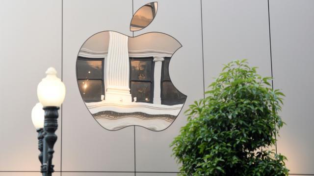 Le logo d'Apple sur le mur d'un magasin de la marque américaine d'électronique à San Francisco, le 22 septembre 2017. [Josh Edelson / AFP/Archives]