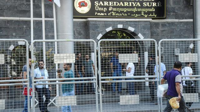 Une opération de la police turque dans un bâtiment de la municipalité le 11 septembre 2016 à Diyarbakir [ILYAS AKENGIN / AFP]