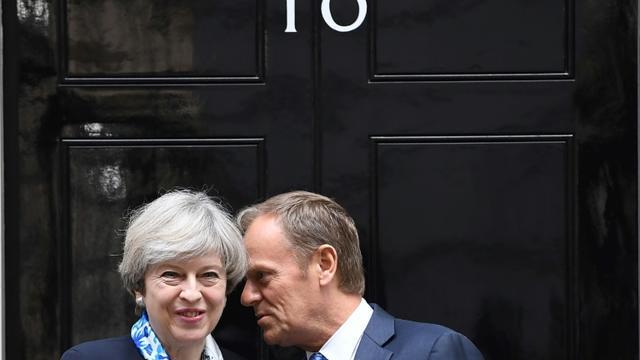 Le Première ministre britannique Theresa May (g), et le président du Conseil européen Donald Tusk, au 10 Downing Street à Londres le 6 avril 2017 [Justin TALLIS / AFP]