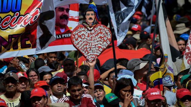 Les membres de la milice bolivarienne du Venezuela et des militants pro-gouvernement manifestent leur soutien au président Nicolas Maduro lors d'un rassemblement devant le palais présidentiel, le 6 août 2018 à Caracas [Federico PARRA / AFP]