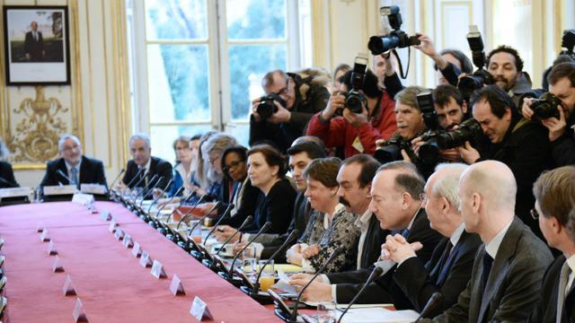 Le patron du Medef, Pierre Gattaz (4èmeD) et le secrétaire général de la CGT, Philippe Martinez (5èmeD) lors d'une réunion à Paris le 25 février 2015 [Stephane de Sakutin / AFP/Archives]