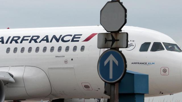 Air France annule plus de 15% de ses vols court et moyen-courriers sur les aéroports d'Orly et de province samedi en raison d'un appel à la grève des personnels au sol [Jacques Demarthon / AFP/Archives]