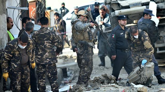 Les forces de sécurité afghane enquêtent à la suite d'un attentat à la voiture piégée, le 28 novembre 2015 à Kaboul [WAKIL KOHSAR / AFP/Archives]