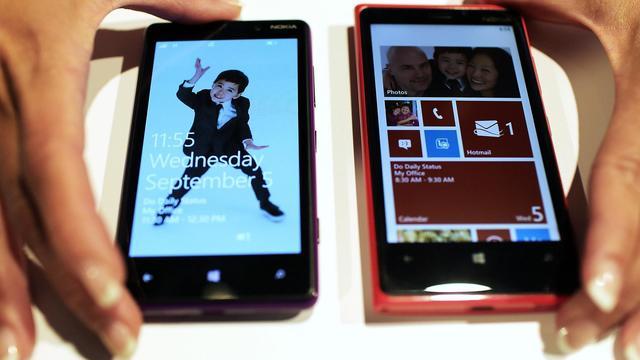 Les fabricants de téléphones portables fourbissent leurs armes en prévision de la sortie prochaine de l'iPhone 5 d'Apple, à l'image du finlandais Nokia qui a présenté mercredi un nouveau smartphone conçu avec Microsoft, sans vraiment convaincre la Bourse.[GETTY IMAGES NORTH AMERICA]