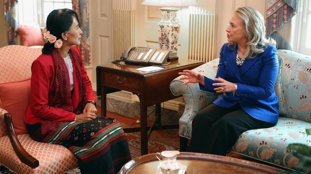 La secrétaire d'Etat américaine Hillary Clinton (d) et l'icône de la démocratie birmane Aung San Suu Kyi, le 18 septembre 2012 à Washington [Chip Somodevilla / Getty Images/AFP]