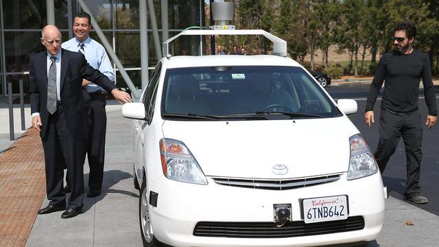 Le gouverneur de Californie Jerry Brown (à g) et le cofondateur de Google Sergey Brin (à d), le 25 septembre 2012 à Mountain View en Californie [Justin Sullivan / Getty Images/AFP]