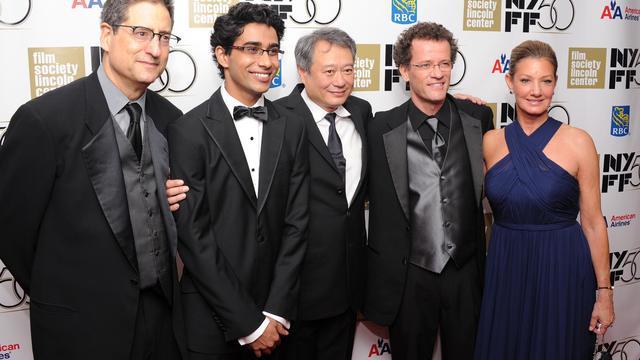 """De G à D: Tom Rothman, Suraj Sharma, Ang Lee, Yann Martel, et Elizabeth Gabler lors de la première mondiale de """"Histoire de Pi"""" à New York, le 28 septembre 2012 [Jamie Mccarthy / AFP/Getty Images]"""