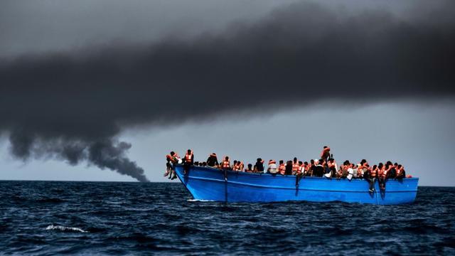 Des réfugiés attendant d'être secourus dans la méditerrannée au large de la Libye, le 3 octobre 2016 [ARIS MESSINIS / AFP]