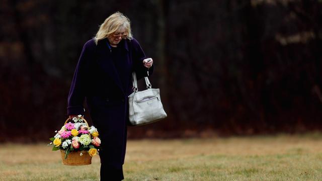 Une femme apporte des fleurs pour les funérailles d'un enfant décédé dans la tuerie de Newtown, le 17 décembre 2012 à Monroe [Spencer Platt / AFP/Getty Images]
