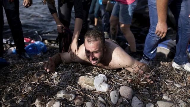 Un migrant hurle à son arrivée le 10 septembre sur le rivage de l'île de Lesbos en Grèce [ANGELOS TZORTZINIS / AFP]