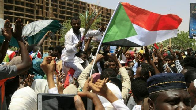 Des jeunes soudanais se rassemblent devant le QG de l'armée à Khartoum, le 13 avril 2019 [Ebrahim Hamid / AFP]
