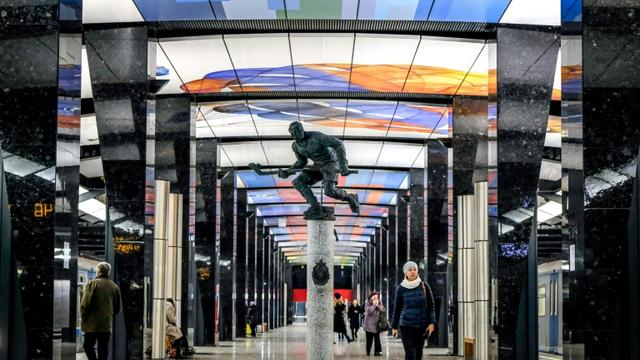 Station CSKA, une des nouvelles stations du métro moscovite version 21e siècle, loin des normes soviétiques, le 10 novembre 2018 [Yuri KADOBNOV / AFP]
