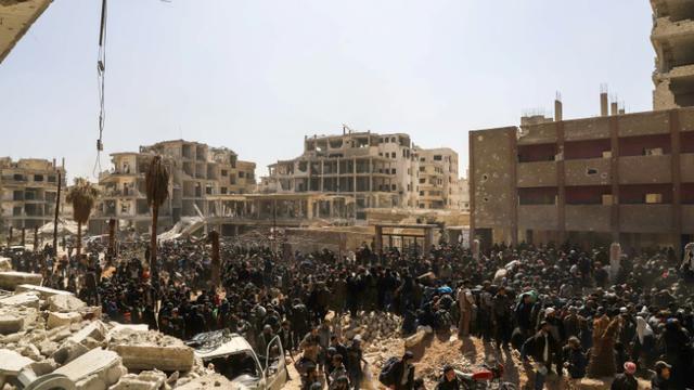 Photo d'une évacuation de civils à Arbine, dans une poche rebelle de la Ghouta orientale, près de Damas, le 25 mars 2018 [AMER ALMOHIBANY / AFP]