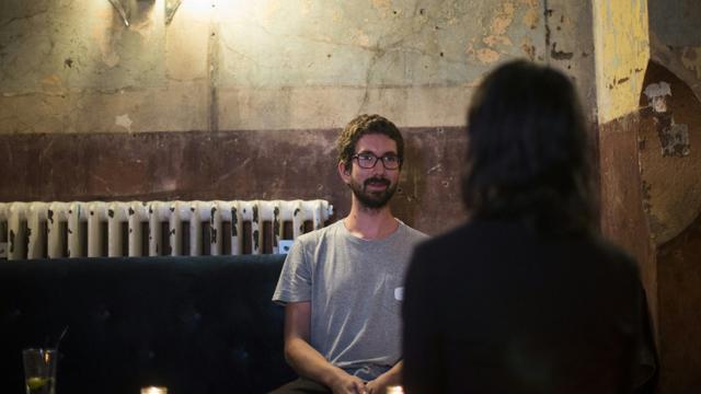 """Un homme et une femme lors d'un """"shhhh dating"""", ou rencontre silencieuse dans un bar à l'est de Londres, le 23 septembre 2015 [JACK TAYLOR / AFP]"""