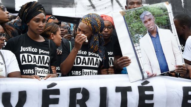 Assa (C), la soeur d'Adama Traoré, lors d'une manifestation réclamant la vérité sur sa mort, le 30 juillet 2016 à Paris [DOMINIQUE FAGET / AFP/Archives]