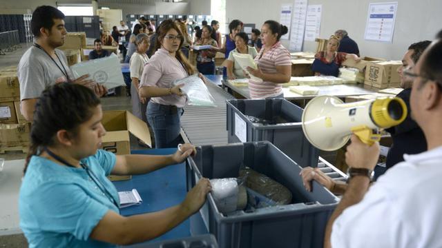 Des fonctionnaires préparent le 4 septembre 2015 à Guatemala City les prochaines élections générales largement contestées par la population [Marvin RECINOS / AFP]