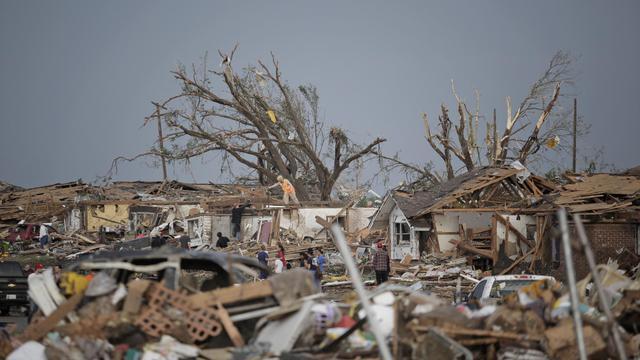 Des personnes errent dans les débris le 20 mai 2013 après le passage d'une tornade dans la banlieue d'Oklahoma City [Brett Deering / Getty Images/AFP]