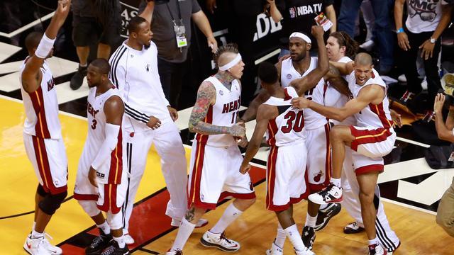 Des joueurs de Miami célèbrent leur victoire face à Indiana, le 22 mai 2013 lors du premier match de la finale à Miami [Chris Trotman / Getty Images/AFP]