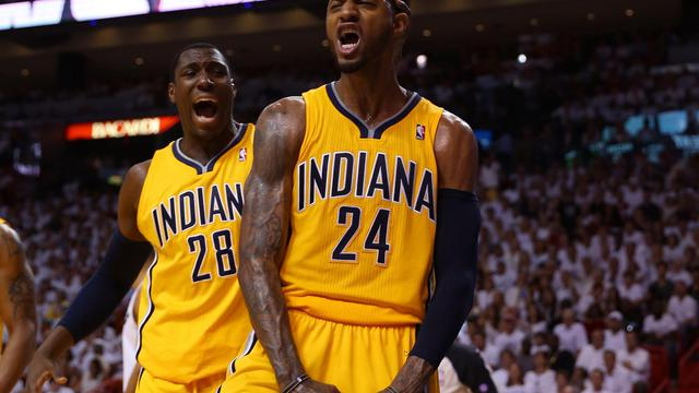 Paul George (N.24) des Pacers d'Indiana exulte après un dunk contre le Heat de Miami, lors du match 2 de la finale de conférence est des play-offs NBA, le 24 mai 2013, à Miami [Mike Ehrmann / Getty Images/AFP]