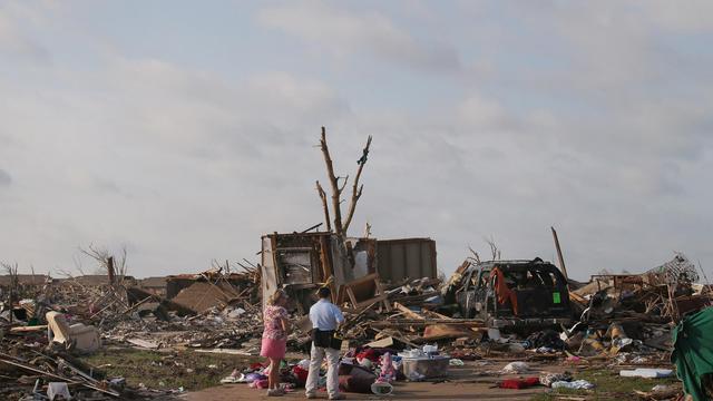 Un expert évalue les dégâts du passage de la tornade avec la propriétaire de la maison en ruine, le 27 mai 2013 à Moore [Scott Olson / Getty Images/AFP/Archives]