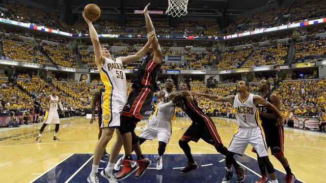 Tyler Hansbrough des Indian Pacers tente un panier face aux Miami Heat lors d'une finale de Conférence Est à Indianapolis, aux Etats-Unis, le 28 mai 2013 [Andy Lyons / Getty Images/AFP]