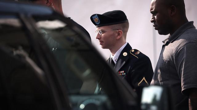 Bradley Manning (c) est escorté à sa sortie de la cour martiale, le 3 juin 2013 à Fort Meade [Alex Wong / Getty Images/AFP]