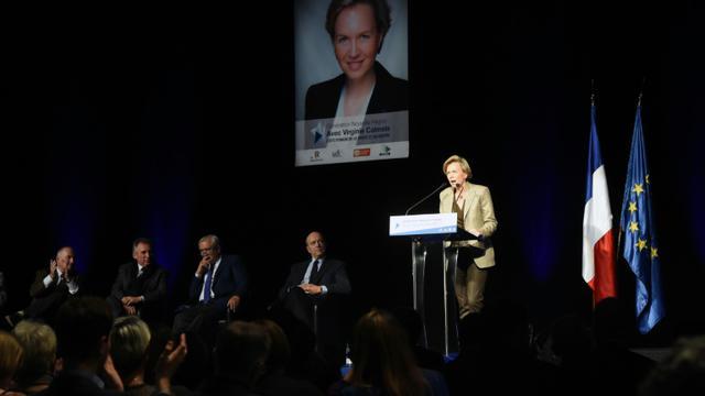 Virginie Calmels, candidate LR en région Aquitaine-Limousin-Poitou-Charentes, en meeting électoral aux côtés de Dominique Bussereau, Francois Bayrou (d), Jean-Pierre Raffarin,  et Alain Juppé (de g à d), le 28 novembre 2015 à Bordeaux [MEHDI FEDOUACH / AFP]